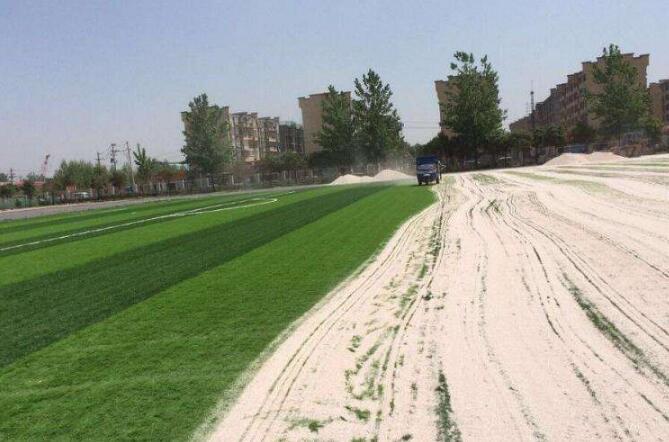 钻石地毯---为什么要在人造草上撒沙子?